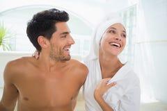 Привлекательные пары смеясь над в полотенцах Стоковое фото RF