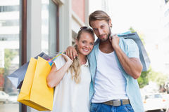 Привлекательные пары смотря приобретения покупок Стоковые Фотографии RF