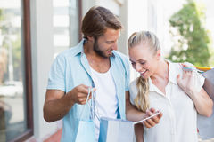 Привлекательные пары смотря приобретения покупок Стоковые Изображения