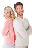 Привлекательные пары усмехаясь при пересеченные оружия Стоковая Фотография
