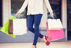 Привлекательные покупки молодой женщины на моле Стоковые Фото