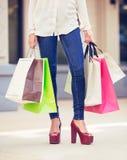 Привлекательные покупки молодой женщины на моле Стоковое фото RF