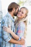 Привлекательные положение и обнимать пар Стоковое Изображение RF
