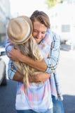 Привлекательные положение и обнимать пар Стоковые Изображения