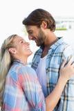 Привлекательные положение и обнимать пар Стоковая Фотография RF