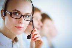 Привлекательные положительные молодые предприниматели и коллеги в офисе центра телефонного обслуживания Стоковая Фотография