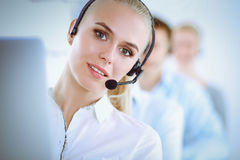 Привлекательные положительные молодые предприниматели и коллеги в офисе центра телефонного обслуживания Стоковое Изображение RF