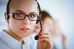 Привлекательные положительные молодые предприниматели и коллеги в офисе центра телефонного обслуживания Стоковые Фото