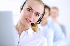 Привлекательные положительные молодые предприниматели и коллеги в офисе центра телефонного обслуживания Стоковые Изображения RF