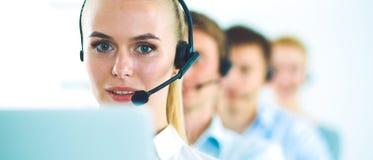 Привлекательные положительные молодые предприниматели и коллеги в офисе центра телефонного обслуживания Стоковое Фото