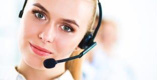 Привлекательные положительные молодые предприниматели и коллеги в офисе центра телефонного обслуживания Стоковая Фотография RF