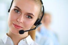 Привлекательные положительные молодые предприниматели и коллеги в офисе центра телефонного обслуживания Стоковое Изображение