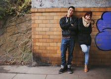 Привлекательные подростковые пары совместно outdoors Стоковая Фотография RF