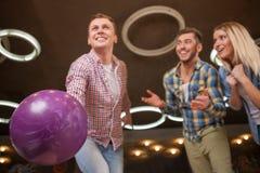 Привлекательные 3 друз подделывают потеху в kegling Стоковое Фото
