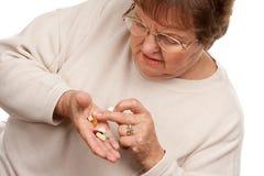 Привлекательные старшие пилюльки женщины и лекарства стоковая фотография rf