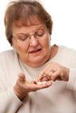 Привлекательные старшие пилюльки женщины и лекарства стоковое фото