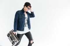 Привлекательные стекла молодого человека нося держа boombox Стоковые Фото
