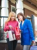 Привлекательные счастливые женщины с хозяйственными сумками Шоппинг Стоковое Изображение