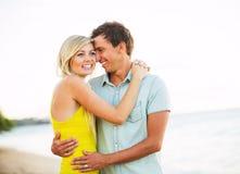 Привлекательные счастливые пары на пляже на заходе солнца, романтичном Vacatio стоковые фотографии rf