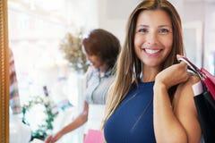 Привлекательные счастливые покупки молодой женщины для одежд Стоковое фото RF