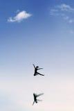 Привлекательные танцы девушки на небе Стоковая Фотография