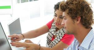 Привлекательные творческие дизайнеры работая совместно на компьютерах акции видеоматериалы