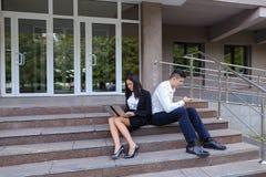 Привлекательные уверенно люди, кавказский мальчик и азиатское entrep девушки Стоковая Фотография