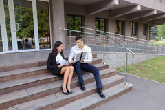 Привлекательные уверенно люди, кавказский мальчик и азиатское entrep девушки Стоковое Изображение