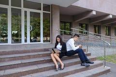 Привлекательные уверенно люди, кавказский мальчик и азиатское entrep девушки Стоковые Фотографии RF