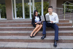 Привлекательные уверенно люди, кавказский мальчик и азиатское entrep девушки Стоковое Фото