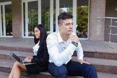 Привлекательные уверенно люди, кавказский мальчик и азиатское entrep девушки Стоковое фото RF
