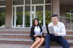 Привлекательные уверенно люди, кавказский мальчик и азиатское entrep девушки Стоковая Фотография RF