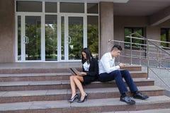 Привлекательные уверенно люди, кавказский мальчик и азиатское entrep девушки Стоковое Изображение RF