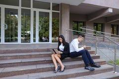 Привлекательные уверенно люди, кавказский мальчик и азиатское entrep девушки Стоковые Фото