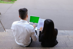 Привлекательные уверенно люди, предприниматели, студенты смотря дальше Стоковые Фотографии RF