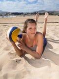 Привлекательные усмехаясь женщины кладя в песок стоковые изображения rf