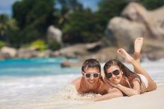 Привлекательные человек и женщина на пляже стоковое изображение rf