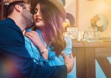Привлекательные любовники целуя и обнимая на баре Стоковые Фото
