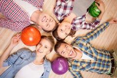 Привлекательные люди и женщины играют kegling Стоковое Изображение