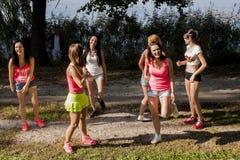 Привлекательные women's работая во время зажима музыкальное видео стрельбы Стоковые Изображения RF