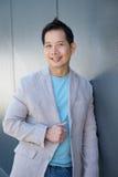 Привлекательный азиатский человек усмехаясь outdoors стоковое изображение rf