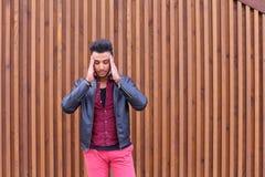 Привлекательный арабский молодой человек, студент чувствует головную боль, с головой a стоковое фото rf