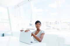 Привлекательный Афро-американский бухгалтер молодой женщины работая в офисе Стоковые Изображения