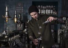 Привлекательный бармен делает коктеиль стоковая фотография rf