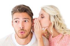 Привлекательный белокурый шепча секрет к парню Стоковое Изображение RF