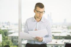 Привлекательный бизнесмен делая обработку документов Стоковые Фото