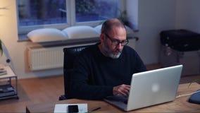Привлекательный бизнесмен используя портативный компьютер в стильном офисе акции видеоматериалы