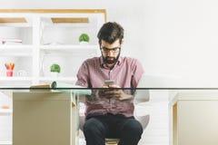 Привлекательный бизнесмен используя телефон Стоковые Фото