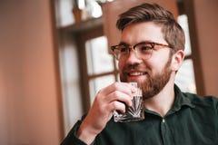 Привлекательный бородатый виски молодого человека выпивая Стоковые Изображения RF