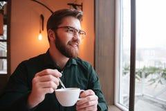 Привлекательный бородатый чай молодого человека выпивая Стоковое Изображение